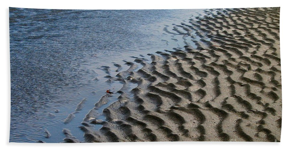 Tide Bath Towel featuring the photograph Battle Lines by Rick Monyahan