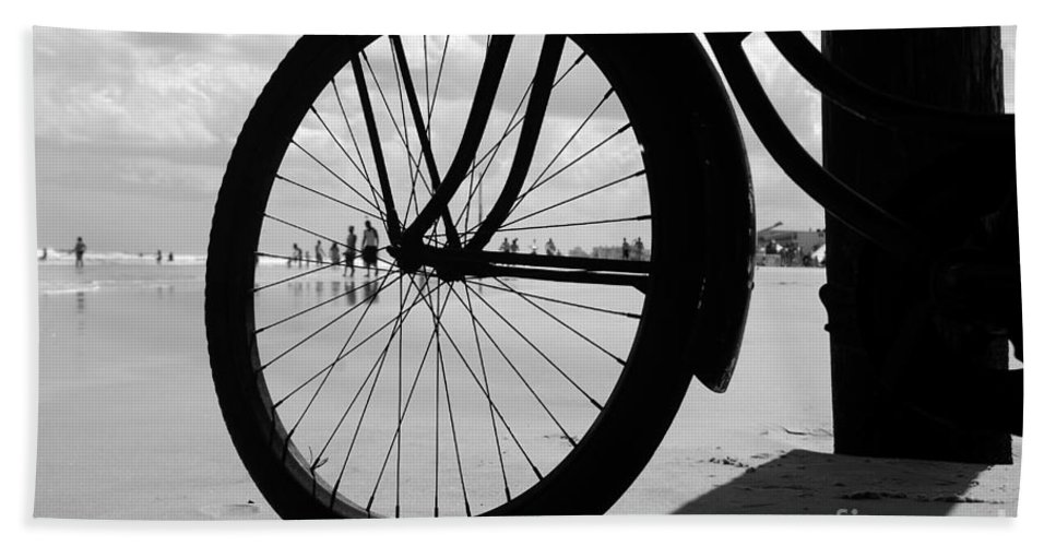 Beach Bath Towel featuring the photograph Beach Bicycle by David Lee Thompson