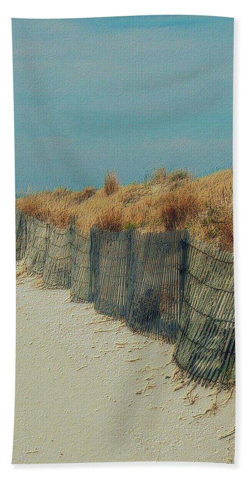 Beac Bath Towel featuring the photograph Beachside by Linda Sannuti