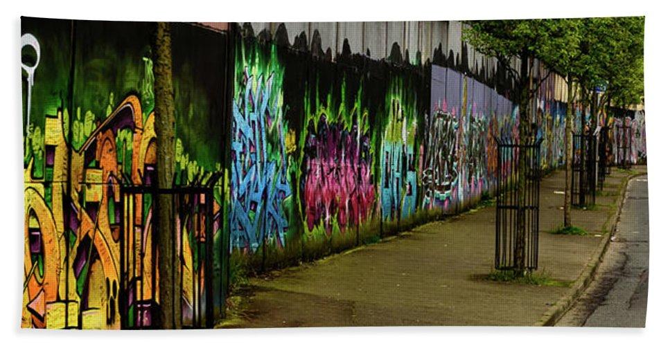 Belfast Hand Towel featuring the photograph Belfast - Painted Wall - Ireland by Jon Berghoff