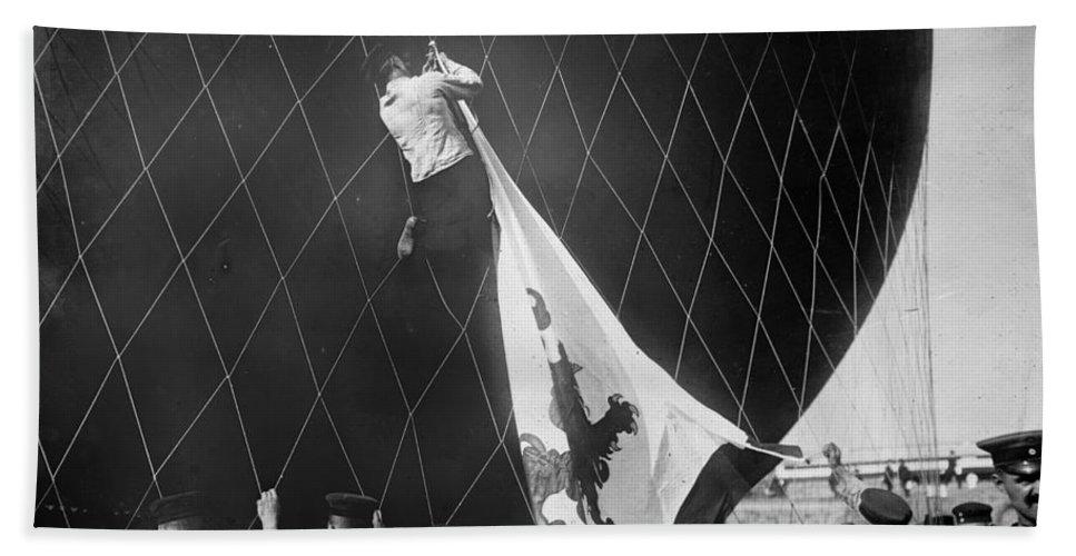 1908 Bath Sheet featuring the photograph Berlin: Balloon Race, 1908 by Granger