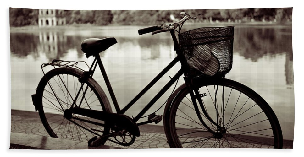 Bicycle Bath Towel featuring the photograph Bicycle By The Lake by Dave Bowman