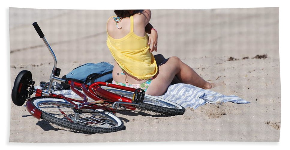 Red Bath Sheet featuring the photograph Bike On The Beach by Rob Hans