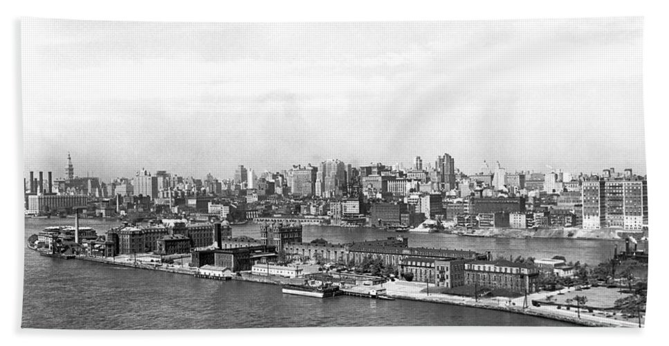 1920s Hand Towel featuring the photograph Blackwells Island In Nyc by Underwood Archives