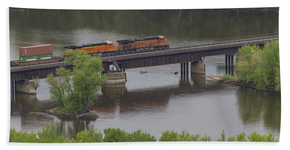 River Hand Towel featuring the photograph Bnsf Train 6686 A by John Brueske