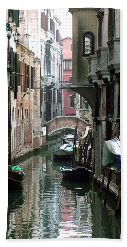 Venice Bath Towel featuring the photograph Boat On The Wall by Donna Corless