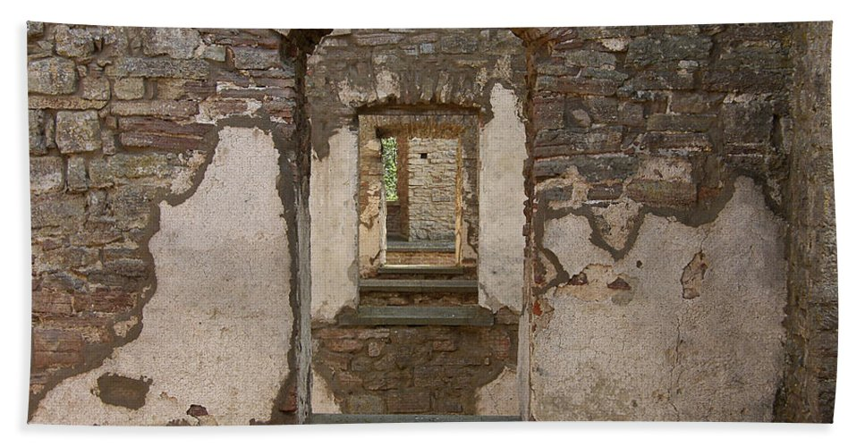 Arch Bath Sheet featuring the photograph Borgholm Castle by Are Lund