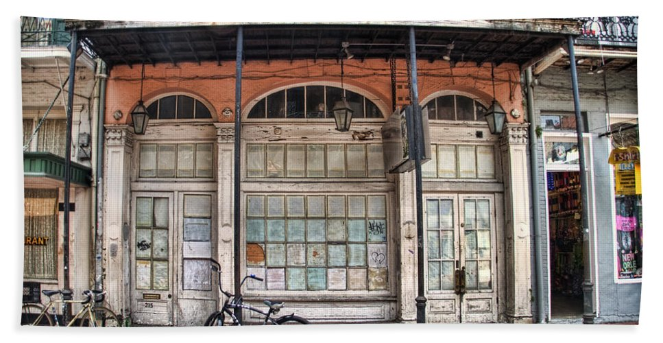 Nola Bath Towel featuring the photograph Bourbon Street Bikes by Tammy Wetzel