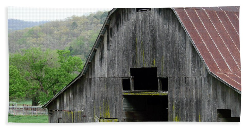 Old Barns Hand Towel featuring the photograph Boxley Valley Barn by Mary Halpin