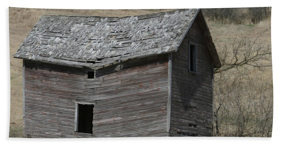 Old Barns Bath Towel featuring the photograph Breaking Up by Bjorn Sjogren