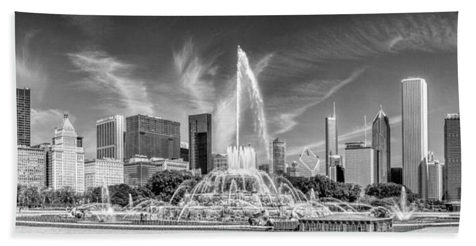 Chicago Hand Towel featuring the photograph Buckingham Fountain Skyline Panorama Black And White by Christopher Arndt
