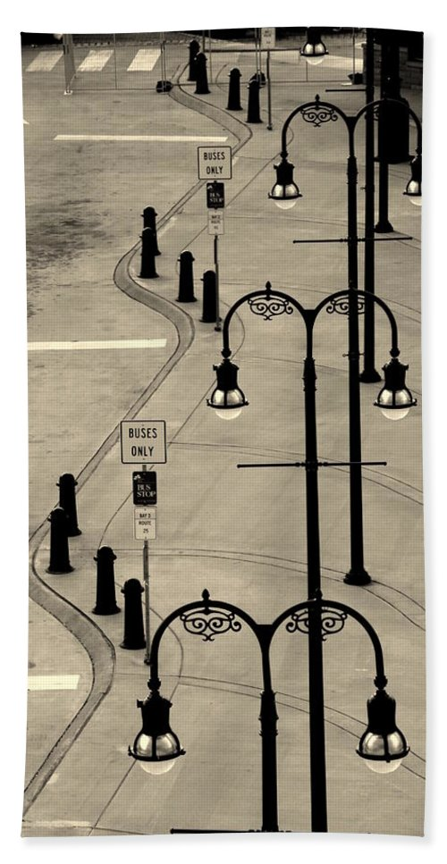 Bus Stop Bath Sheet featuring the photograph Bus Stop In Nashville Tn by Susanne Van Hulst