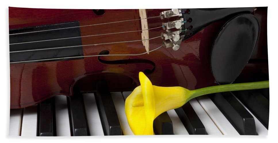 Calla Lily Hand Towel featuring the photograph Calla Lily And Violin On Piano by Garry Gay