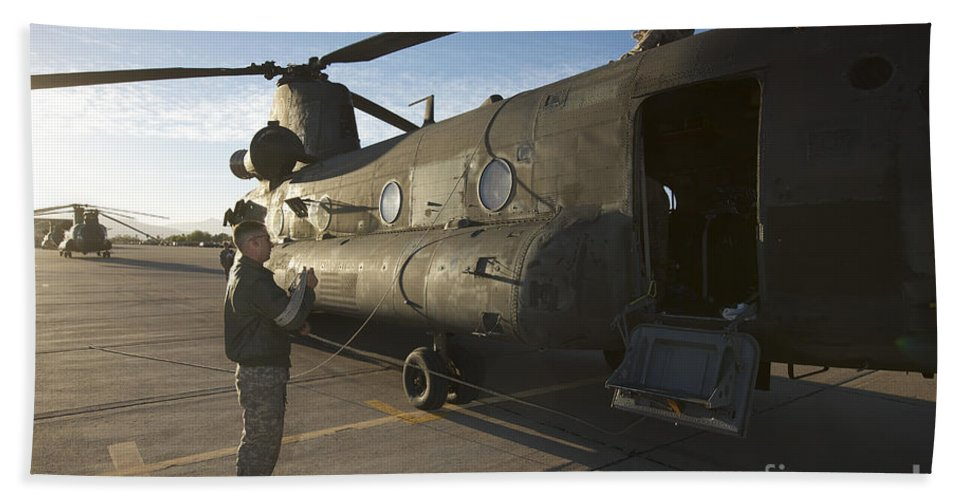 Exercise Angel Thunder Bath Sheet featuring the photograph Ch-47 Chinook Crew Preparing To Load by Terry Moore