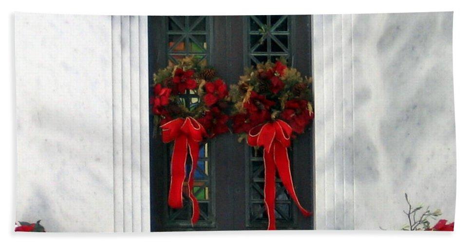 Christmas Wreath Hand Towel featuring the photograph Christmas Wreath by Amy Hosp