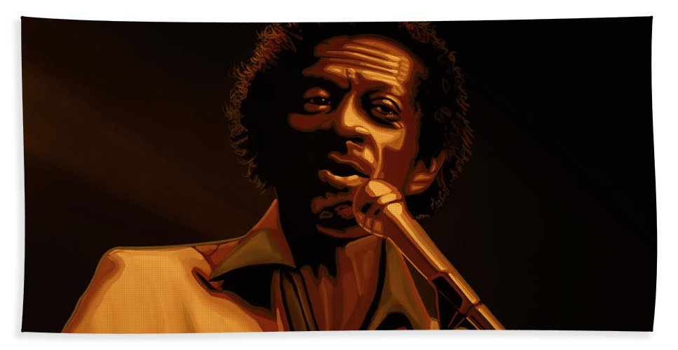 Chuck Berry Bath Towel featuring the mixed media Chuck Berry Gold by Paul Meijering