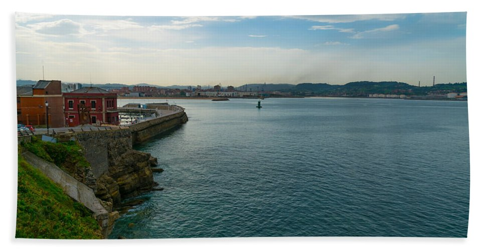 Spain Bath Towel featuring the photograph Coastline Of The Bay by Ric Schafer