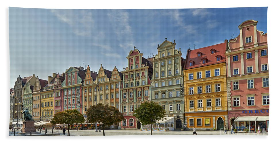 Farbaufnahme Bath Sheet featuring the photograph colorful facades on Market Square or Ryneck of Wroclaw by Juergen Ritterbach