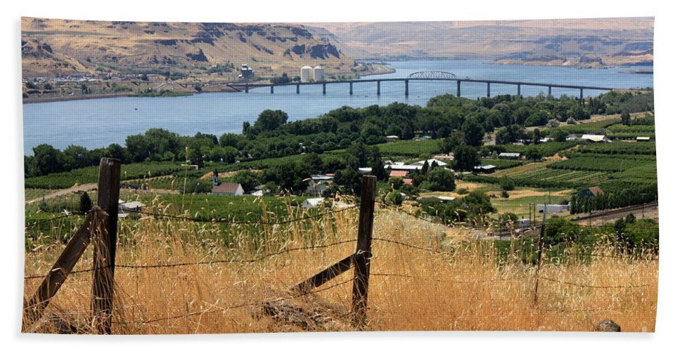River Hand Towel featuring the photograph Columbia River - Biggs And Maryhill State Park by Carol Groenen
