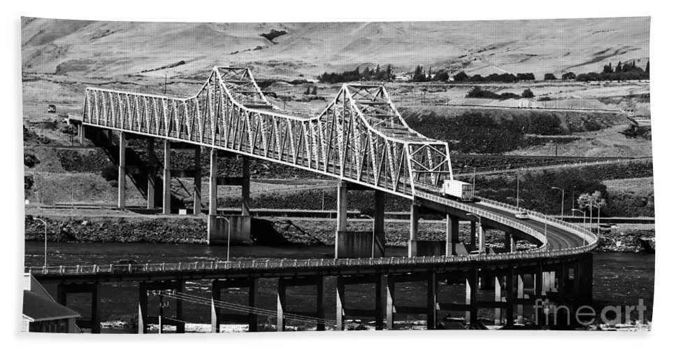Columbia River Hand Towel featuring the photograph Columbia River Crossing by David Lee Thompson