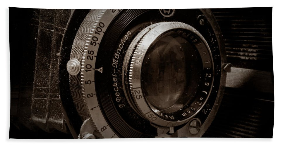 Camera Bath Towel featuring the photograph Compur Relic by Scott Wyatt