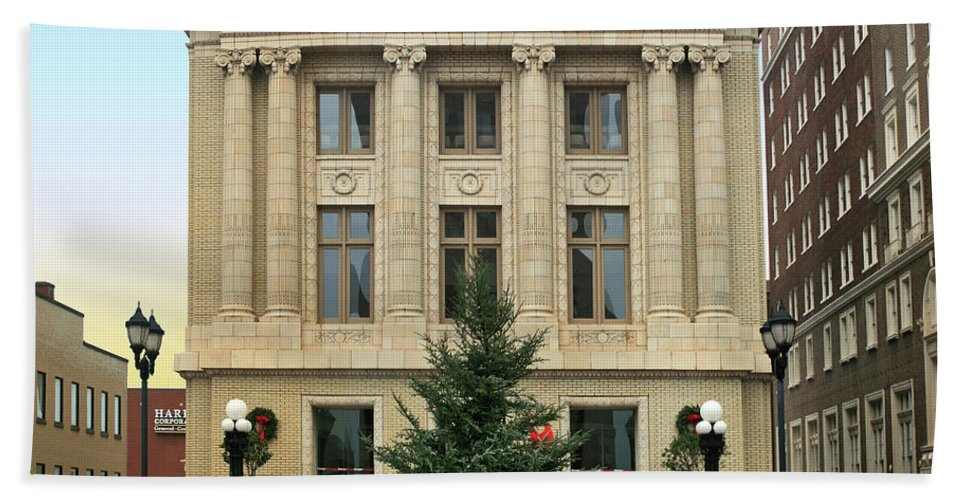 Christmas Hand Towel featuring the photograph Courthouse At Christmas by Greg Joens