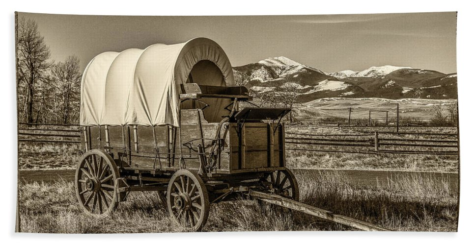 Covered Wagon Bath Sheet featuring the photograph Covered Wagon by Paul Freidlund