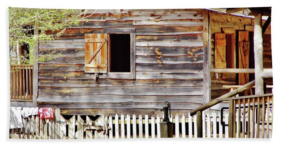 Home Hand Towel featuring the photograph Cracker Cabin by D Hackett
