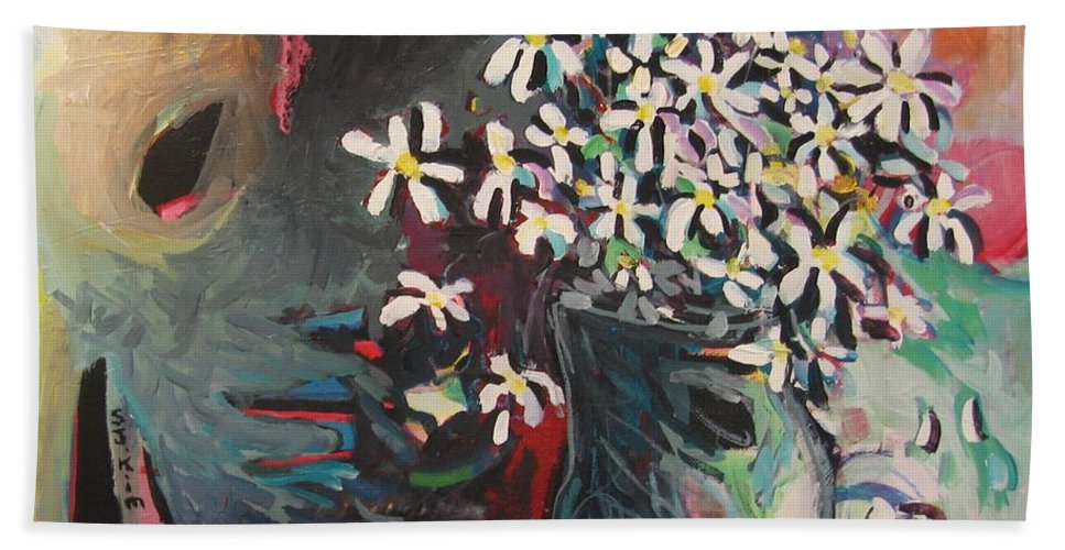 Daisy Paintings Bath Towel featuring the painting Daisy In Vase by Seon-Jeong Kim