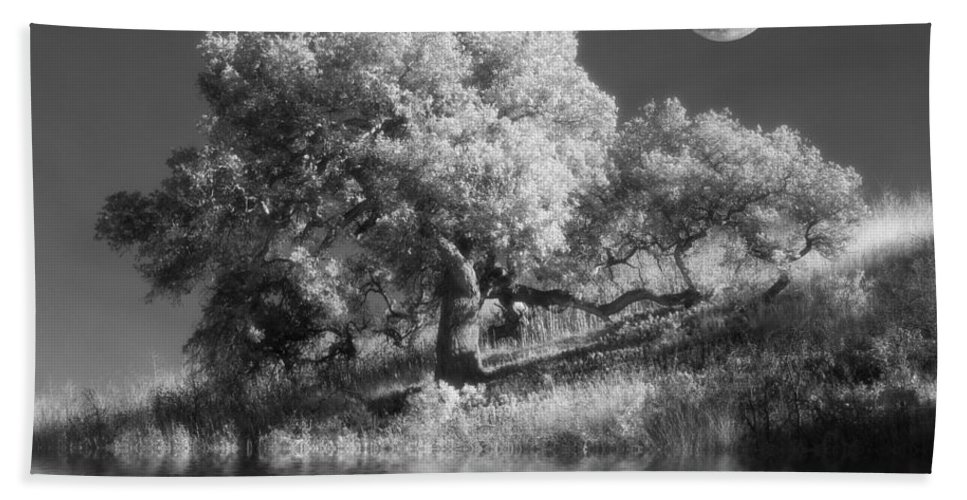 Black And White Hand Towel featuring the photograph Dancing With The Moon by Jerry McElroy