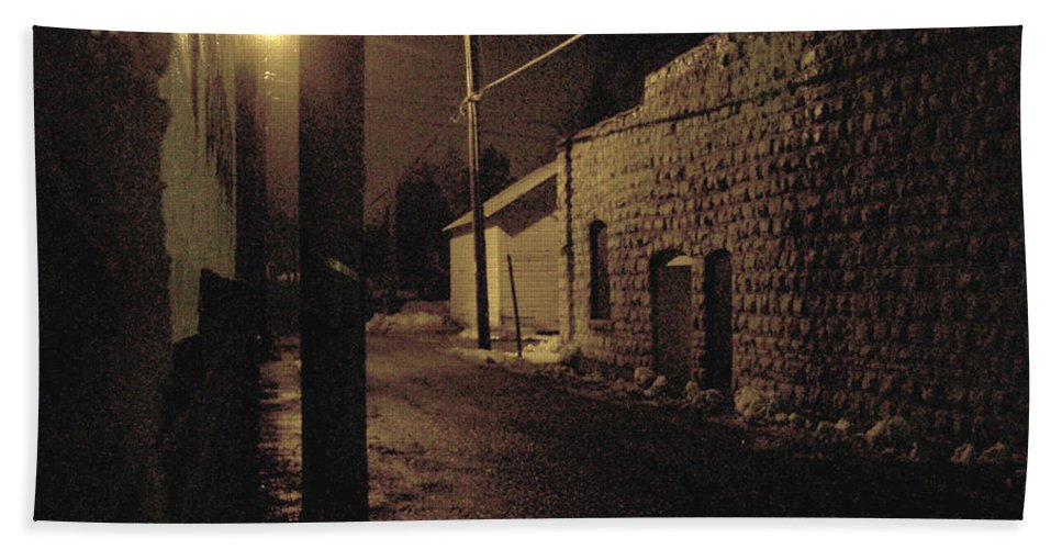 Alley Bath Towel featuring the photograph Dark Alley by Tim Nyberg