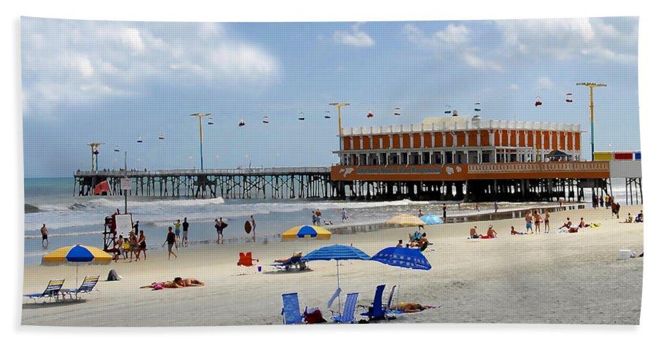 Daytona Beach Florida Hand Towel featuring the photograph Daytona Beach Pier by David Lee Thompson