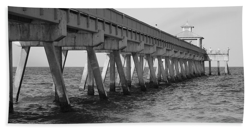Architecture Bath Towel featuring the photograph Deerfield Beach Pier by Rob Hans