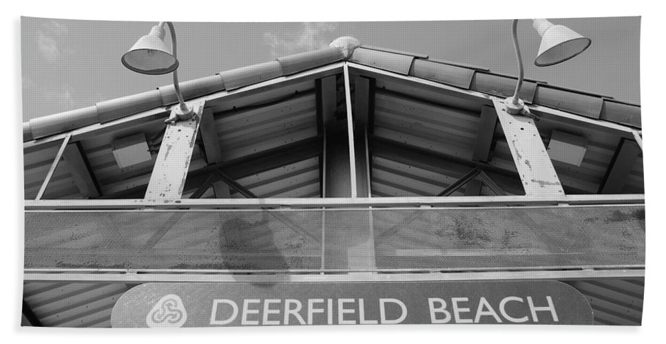 Black And White Bath Sheet featuring the photograph Deerfield Beach by Rob Hans