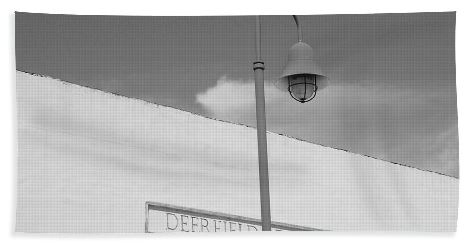 Black And White Bath Towel featuring the photograph Deerfield Florida by Rob Hans