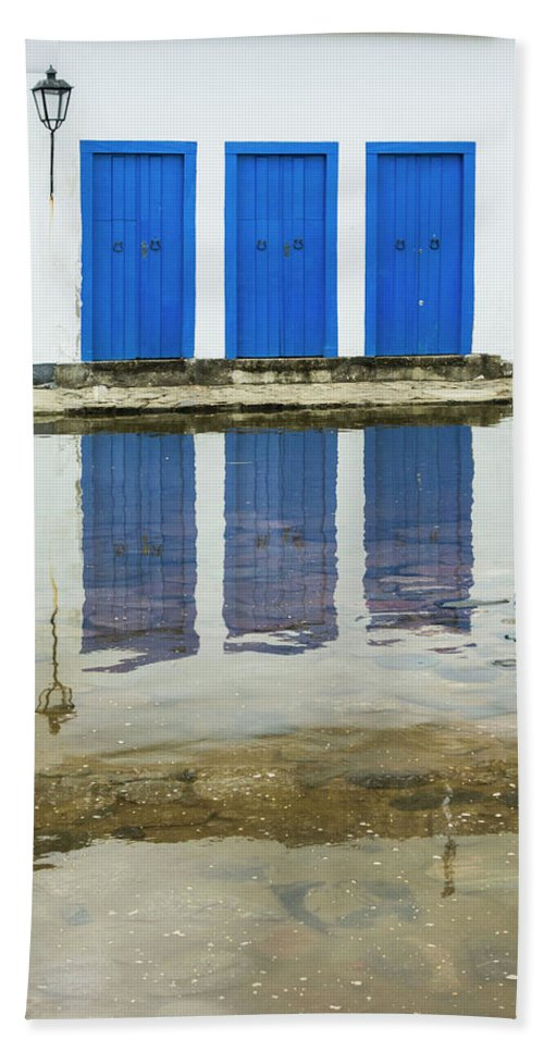 Landscape Hand Towel featuring the photograph Doorways In Paraty by Stan Roban