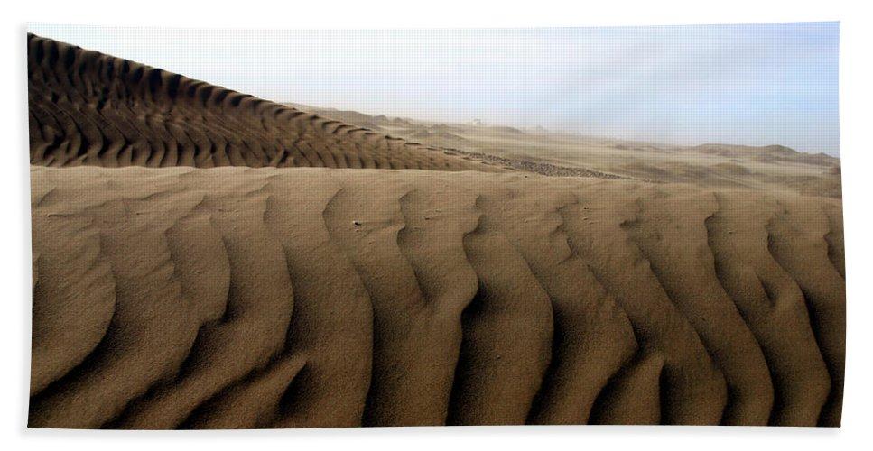 Sand Dunes Bath Towel featuring the photograph Dunes Of Alaska by Anthony Jones