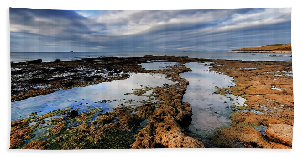 Isle Of Skye Bath Towel featuring the photograph Duntulm by Smart Aviation