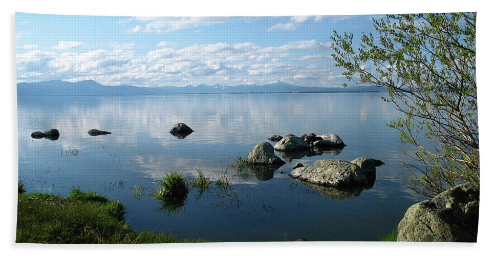 Cascade Mountains Hand Towel featuring the photograph Eagle Ridge View by Gina Janelli
