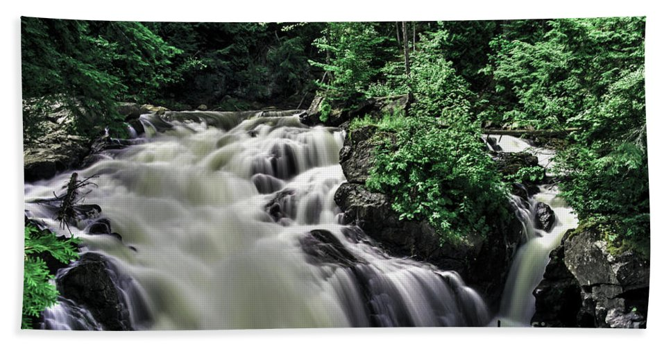 Eau Claire Gorge Hand Towel featuring the photograph Eau Claire Gorge Water Fall by Ron Simpson