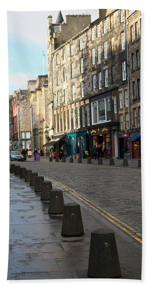 Scotland Hand Towel featuring the photograph Edinburgh Royal Mile Street by Munir Alawi