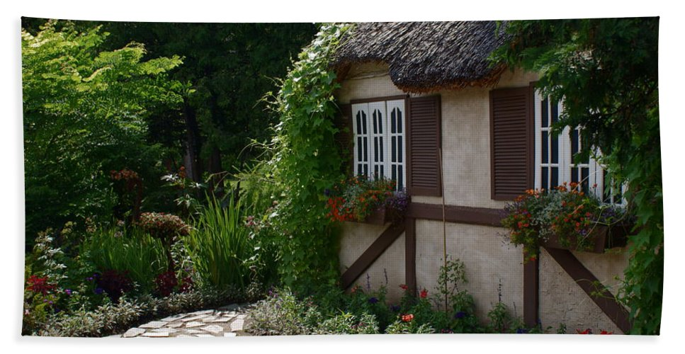 English Cottage At Leo Mol Gardens Assiniboine Park Winnipeg Hand Towel featuring the photograph English Cottage by Joanne Smoley