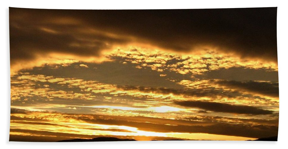 Sunset Bath Towel featuring the photograph Evening Grandeur by Will Borden