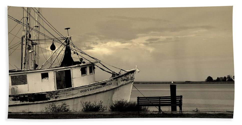 Harbor Bath Sheet featuring the photograph Evening In The Harbor by Susanne Van Hulst