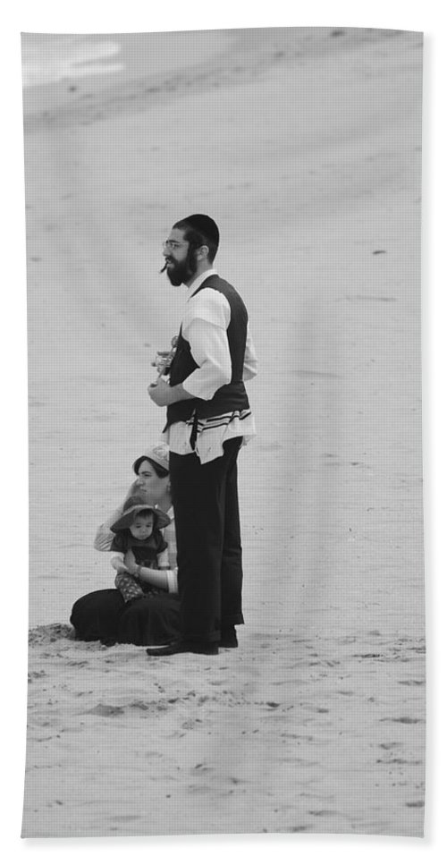Black And White Hand Towel featuring the photograph Family Beach Day by Rob Hans