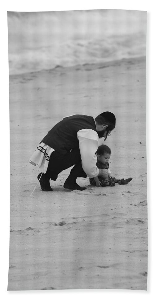 Black And White Bath Sheet featuring the photograph Father And Daughter by Rob Hans
