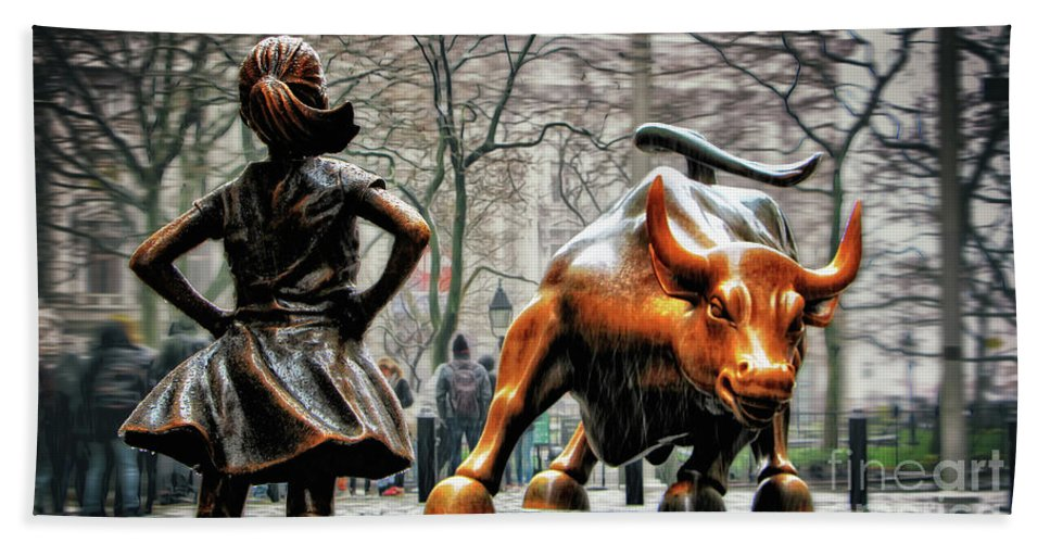 Fearless Girl Statue Hand Towel featuring the photograph Fearless Girl And Wall Street Bull Statues by Nishanth Gopinathan