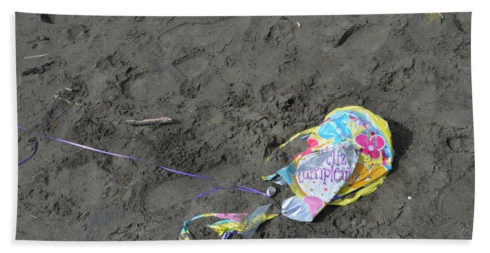 Feliz Cumpleanos Hand Towel featuring the photograph Feliz Cumpleanos Mylar On The Beach by Erik Burg