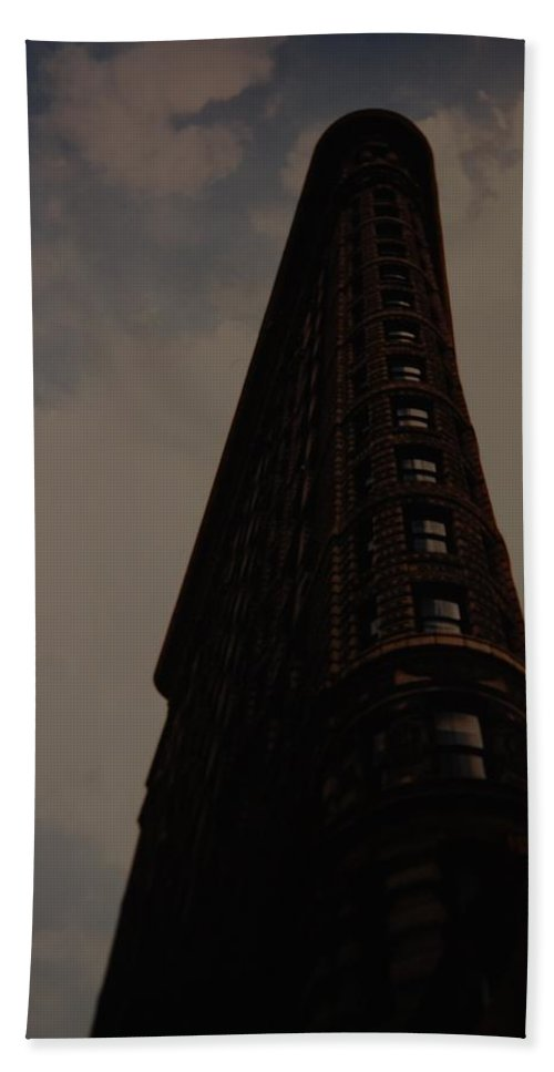 Flat Iron Building Bath Towel featuring the photograph Flat Iron Building by Rob Hans