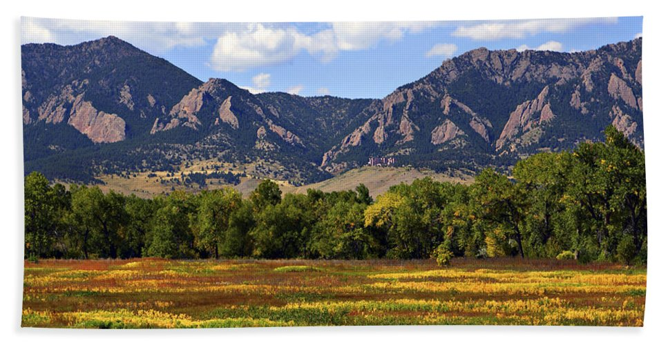 Fall Bath Towel featuring the photograph Foothills Of Colorado by Marilyn Hunt